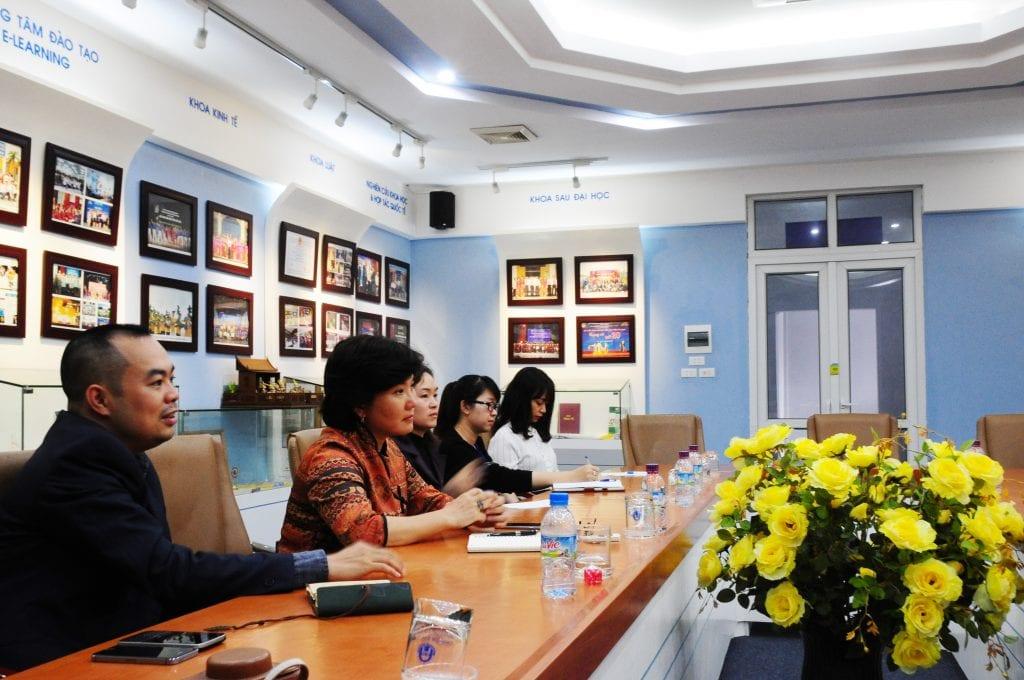 Bà Võ Thùy Dung – PCN phụ trách khoa Kiến trúc Viện ĐHMHN và các giảng viên chuyên ngành quy hoạch và kiến trúc cảnh quan