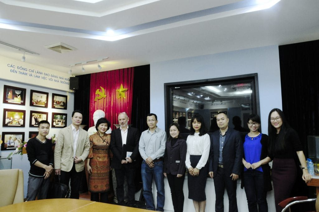 Giảng viên khoa Kiến trúc và khách mời từ EGO Group chụp ảnh lưu niệm