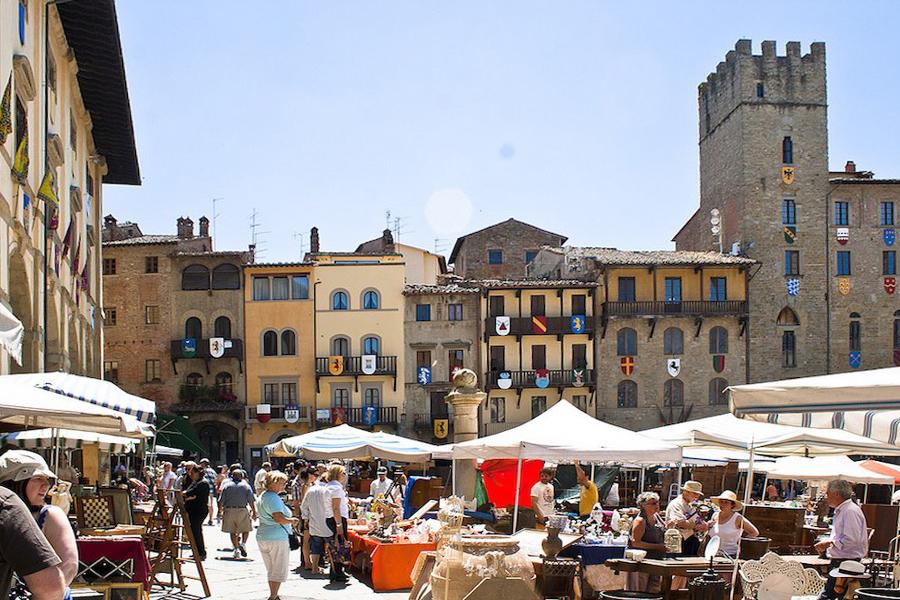 Chợ phiên tại quảng trường thành phố Arezzo - vùng Tuscany - Italy.
