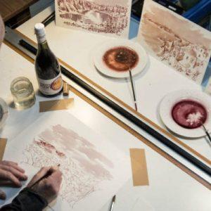 Người nghệ sĩ vẽ nên những bức tranh cảnh quan đáng kinh ngạc bằng rượu