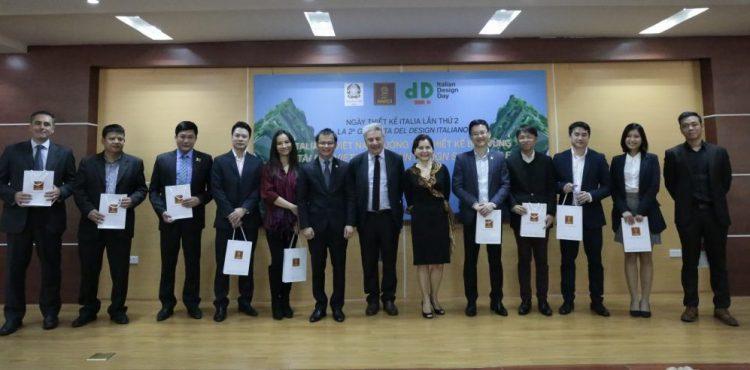 Đại diện EGO và khách mời nhận quà từ Đại sứ quán Ý